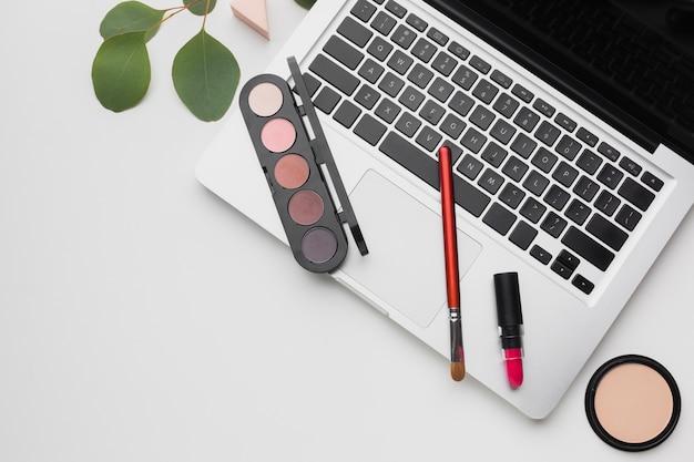 Układ płaski z laptopem i paletą do makijażu