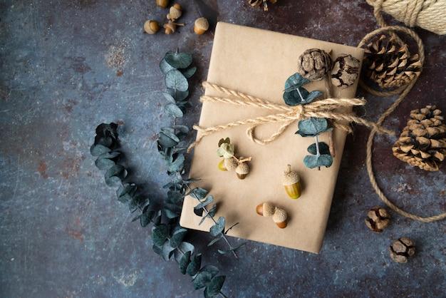Układ płaski z prezentami i gałązkami