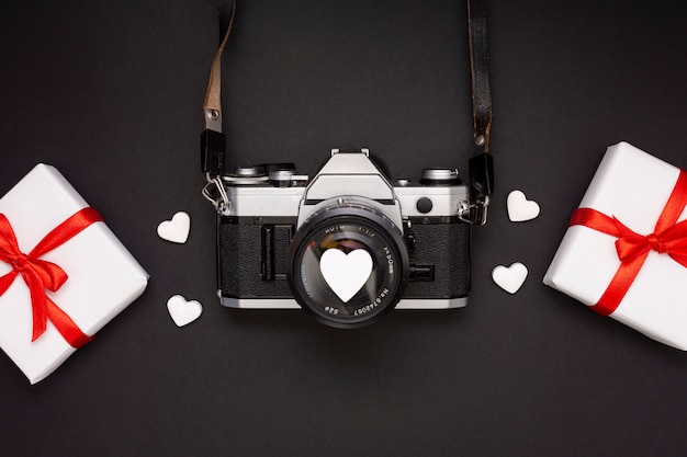 Układ płaski z prezentami i kamerą