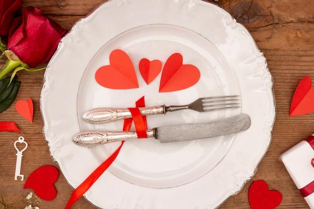 Układ płaski z talerzem i różami