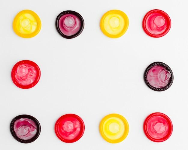 Układ płaskich kolorowych prezerwatyw z miejsca kopiowania