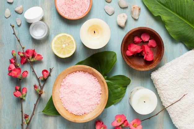 Układ płaskich spa z roślinami, świecami i solą