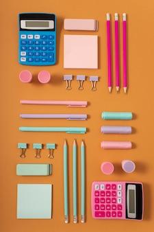 Układ płaskiego biurka z kalkulatorem