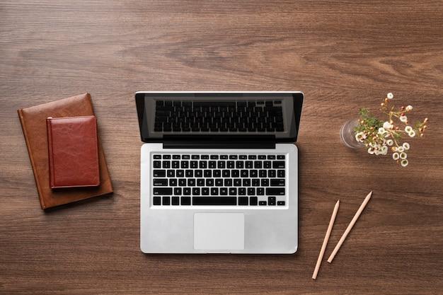 Układ płaskiego biurka z laptopem