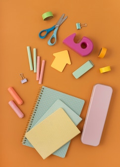 Układ płaskiego biurka z przedmiotami