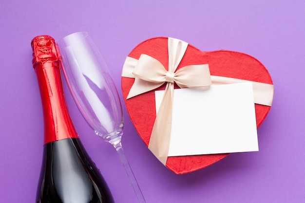 Układ płaskiego layu z pudełkiem wina i serca