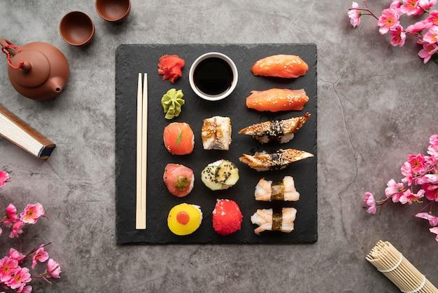 Układ płaskiego posiłku sushi