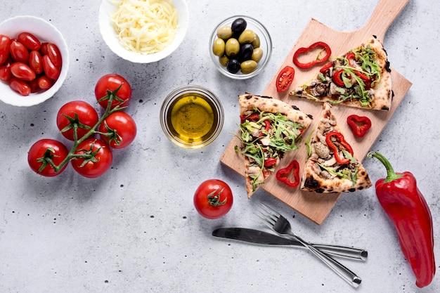 Układ plasterków pizzy z warzywami