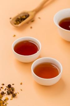 Układ pod dużym kątem z filiżankami herbaty