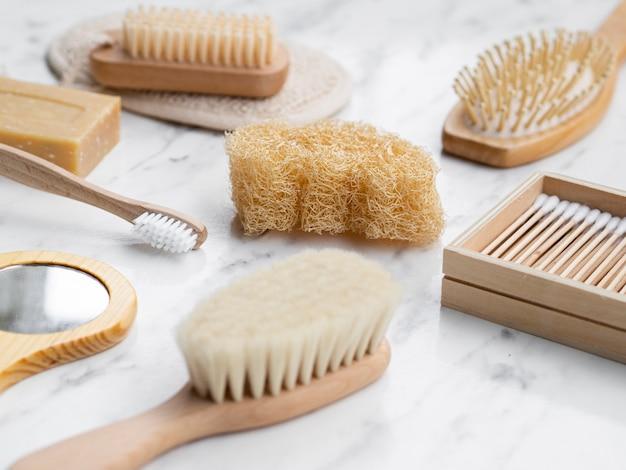 Układ pod dużym kątem z produktami do higieny