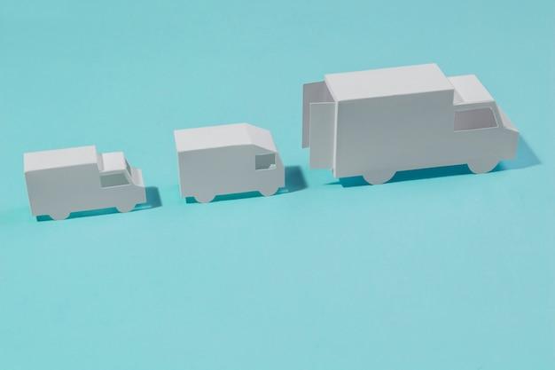 Układ pod wysokim kątem z białymi ciężarówkami