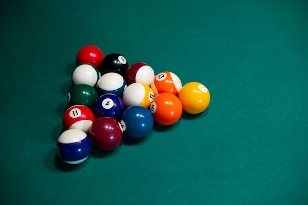 Układ pod wysokim kątem z piłkami bilardowymi i stołem