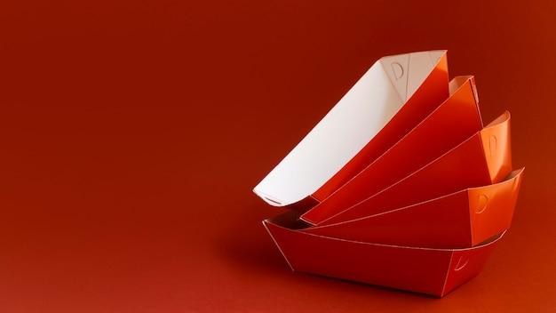 Układ pojemników w kolorze czerwonym
