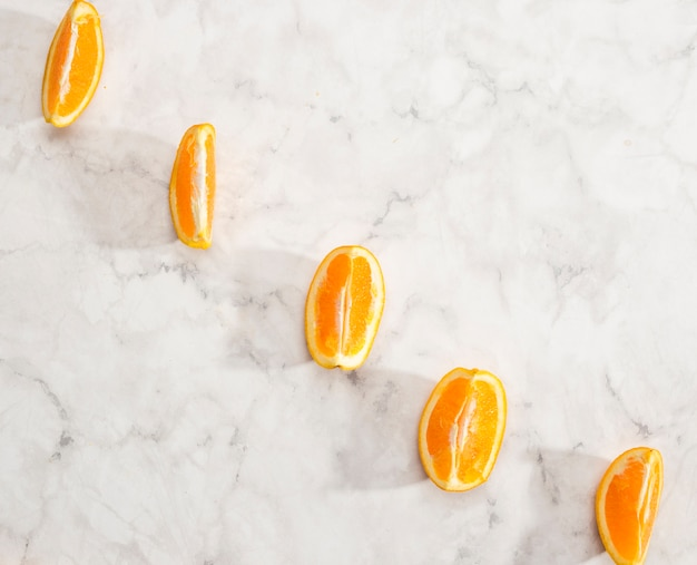 Układ pomarańczowe plastry na tle marmuru