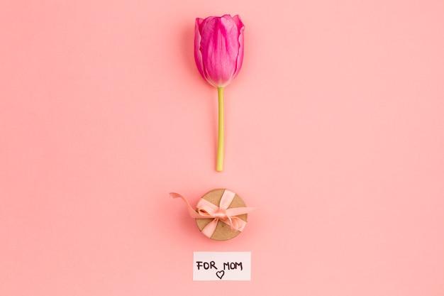 Układ prezentu i kwiatu dla mamy