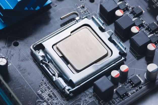 Układ procesora cpu w gnieździe na płycie głównej komputera