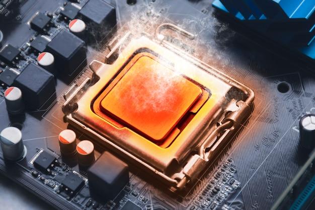 Układ procesora procesora przegrzewa się i pali w gnieździe na płycie głównej komputera
