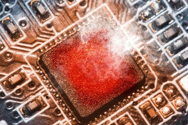 Układ procesora przegrzewa się i pali w gnieździe na płycie głównej komputera