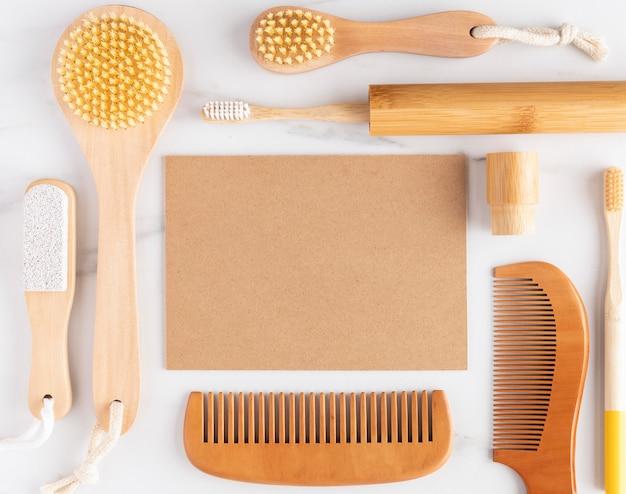 Układ produktów higienicznych z widokiem z góry