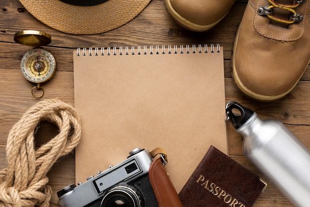 Układ przedmiotów podróżnych z widokiem z góry