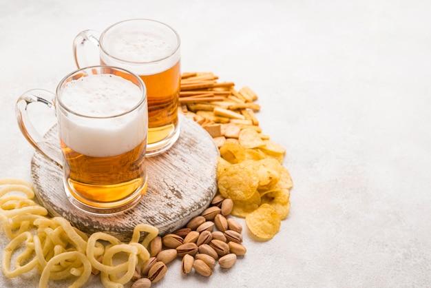 Układ przekąsek i piwa pod wysokim kątem