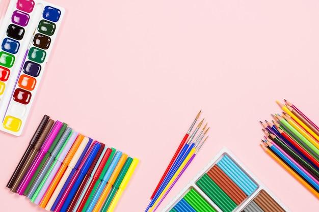 Układ przyborów szkolnych. powrót do koncepcji szkoły, miejsce