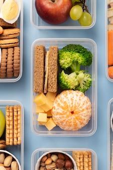 Układ pudełek na lunch z jedzeniem nad widokiem