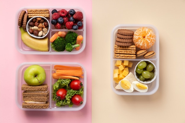 Układ pudełek na lunch ze zdrową żywnością nad widokiem