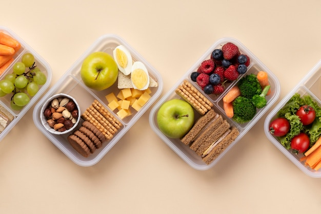 Układ pudełek na lunch ze zdrową żywnością