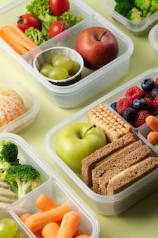 Układ pudełek ze zdrową żywnością