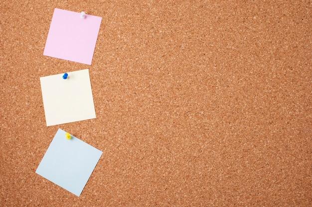 Układ pustych karteczek samoprzylepnych