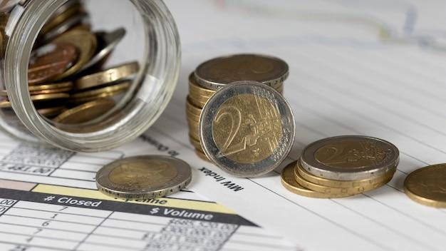 Układ różnych monet w widoku z góry