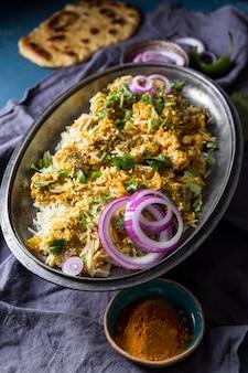 Układ różnych potraw pakistańskich z widokiem z góry