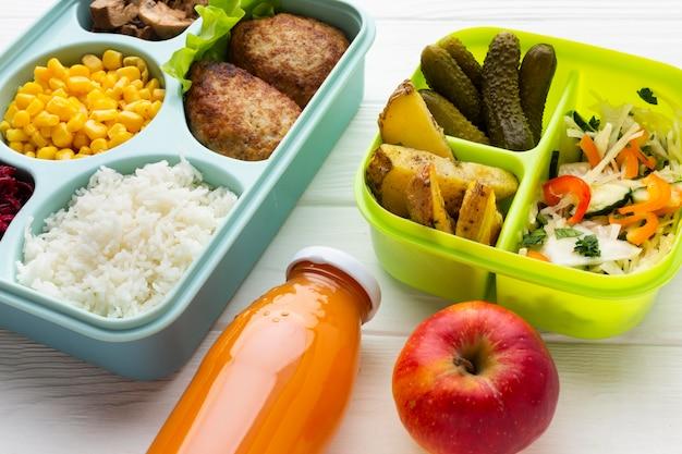 Układ różnych potraw pod dużym kątem