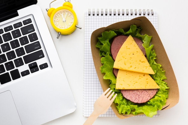 Układ różnych potraw w widoku z góry