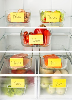 Układ różnych potraw zorganizowanych w lodówce