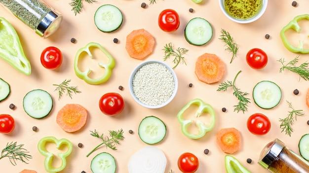 Układ składników sałatki. wzór żywności z pomidorami koktajlowymi, marchewką, ogórkami, rzodkiewką, zielenią, pieprzem i przyprawami