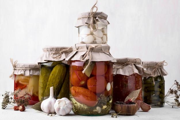 Układ słoików z konserwowanymi warzywami
