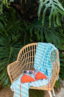 Układ słomianego krzesła i kostiumu kąpielowego