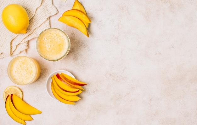 Układ smoothies i plasterki mango z miejsca na kopię