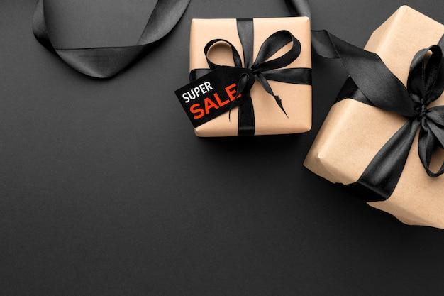 Układ sprzedaży w czarny piątek na czarnym tle z miejsca na kopię
