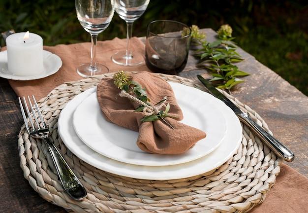 Układ stołu pod wysokim kątem z rośliną