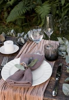 Układ stołu z roślinami