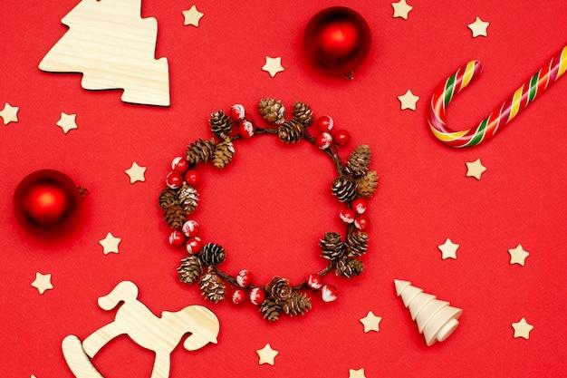 Układ świąteczny drewniane ozdoby choinkowe, świąteczny wieniec, wystrój i minimalistyczny prezent
