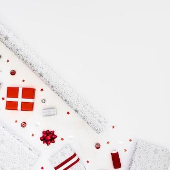 Układ świątecznych zapakowanych prezentów z góry