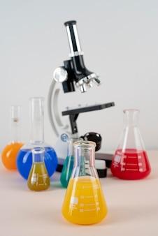 Układ światowego dnia nauki z mikroskopem