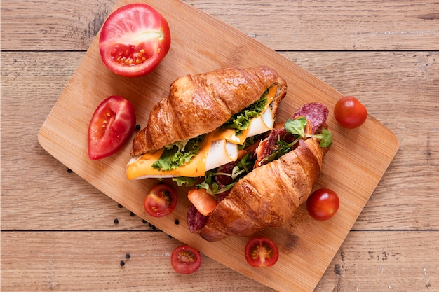 Układ świeże kanapki na podłoże drewniane