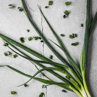 Układ świeżej zielonej cebuli