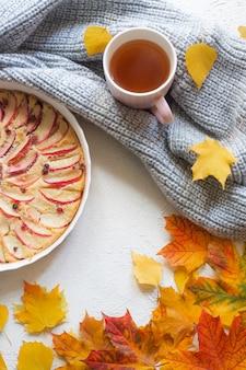 Układ szarlotka i jesienne liście widok z góry. artykuł o jesieni. artykuł o pieczeniu. domowe ciasta.