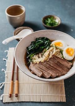 Układ tradycyjnego japońskiego dania z dużym kątem